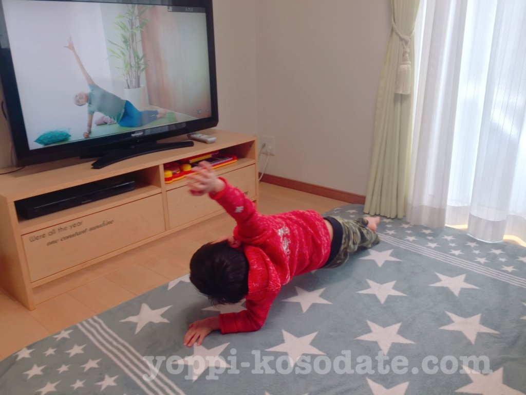 YouTubeでキッズヨガをする4歳児